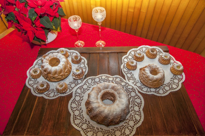 Slovenian Potica, Traditional sweet Roll with wallnuts, almonds - Global Storybook